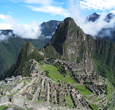 == Summary == {{Information |Description={{en|View of {{w|Machu Picchu}} from a short way above the site, hiking towards the Dawn Gate.}} por Flumarai